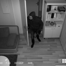 Ein Einbrecher betritt das Haus und wird von einer Kamera aufgenommen
